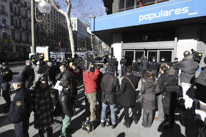 Numerosos periodistas esperan a la entrada de la sede del Partido Popular, en la madrileña calle Génova, que celebra hoy una reunión extraordinaria de su Comité Ejecutivo Nacional.