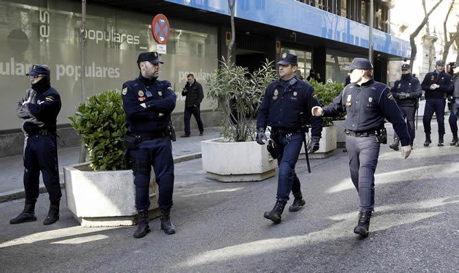 Expectación en la sede del PP de Génova entre grandes medidas de seguridad. Se puede ver un amplio dispositivo policial desplegado a las puertas de la sede del PP.