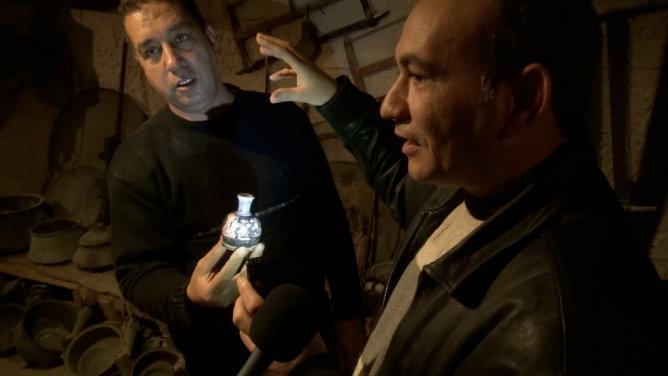 Marwan enseña una de sus piezas favoritas, una pequeña ánfora romana