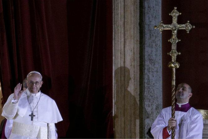 El papa elegido, Jorge Mario Bergoglio, aparece en el balcón de la Basílica de San Pedro