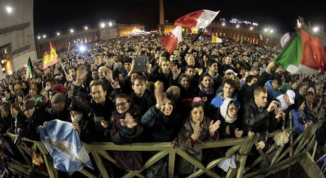 Los fieles celebran con gritos y aplausos la llegada del nuevo papa