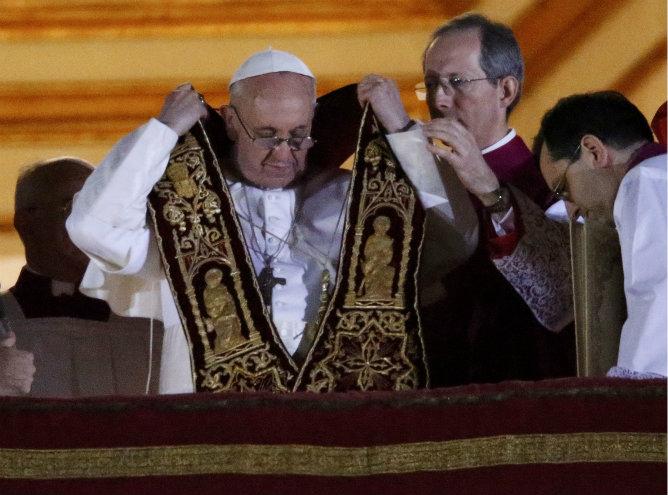 El papa Francisco I en el balcón ante la plaza de San Pedro