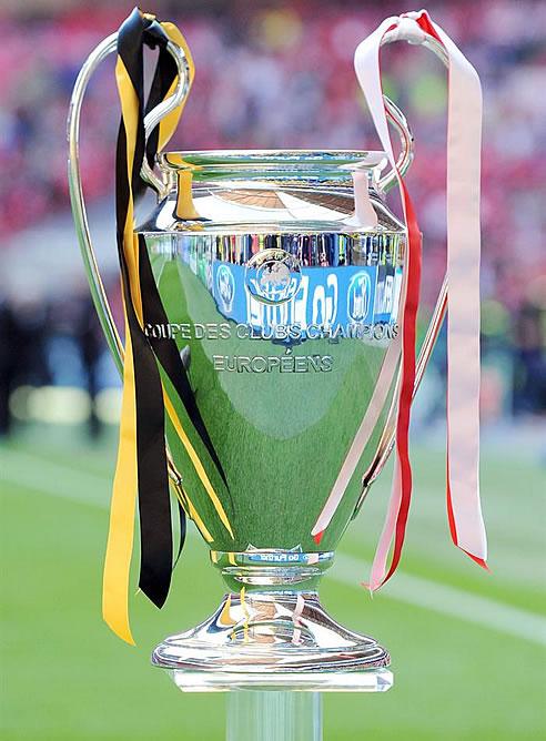El trofeo de la 'Champions', en el estadio de Wembley con tiras de los colores de los dos contendientes, Bayern y Borussia