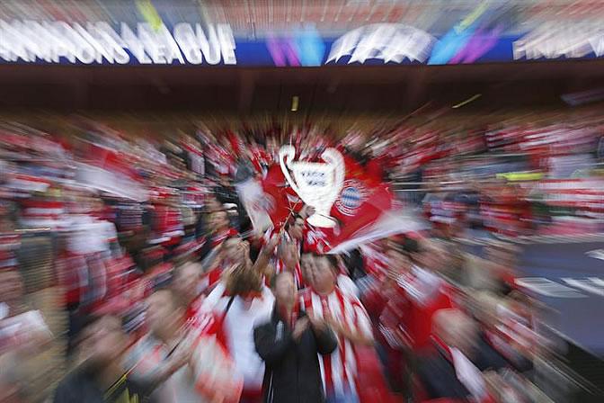 Aficionados del equipo de Múnich apoyan a su equipo en el estadio inglés de Wembley