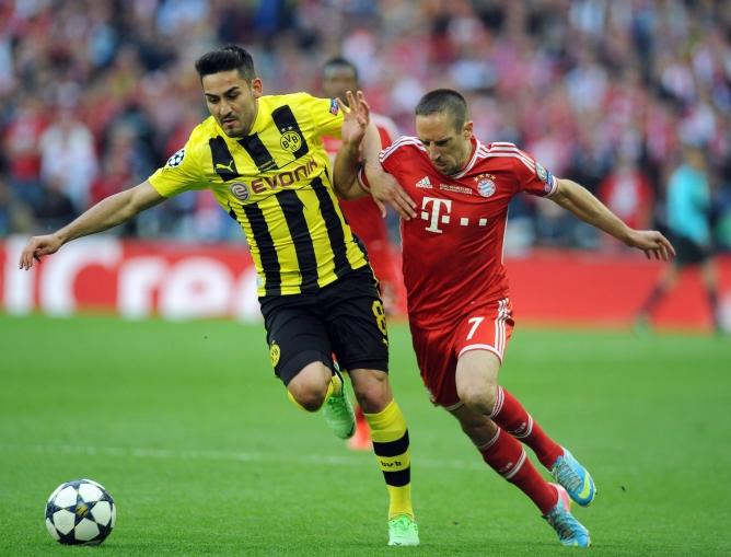 El turco y el francés pelean por un balón en la final de la Champions
