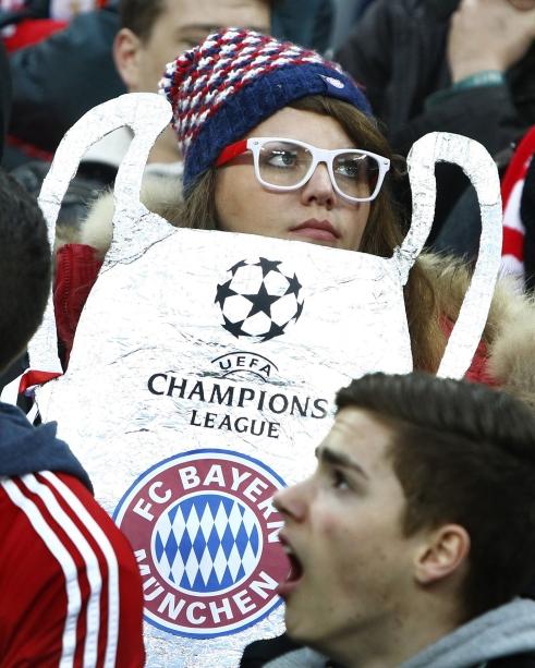 Una seguidora del Bayern posa en Wembley con una Champions casera hecha a base de papel alumínico
