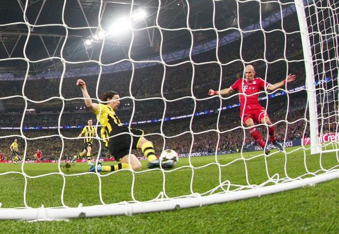 El holandés no llega a tiempo y Subotic le rebaña el balón