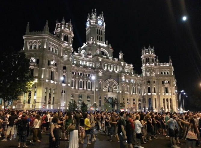 Tras estar unas horas frente a la sede del PP en Madrid, la protesta se trasladó a las calles del centro de la capital y llegó hasta la plaza de Cibeles