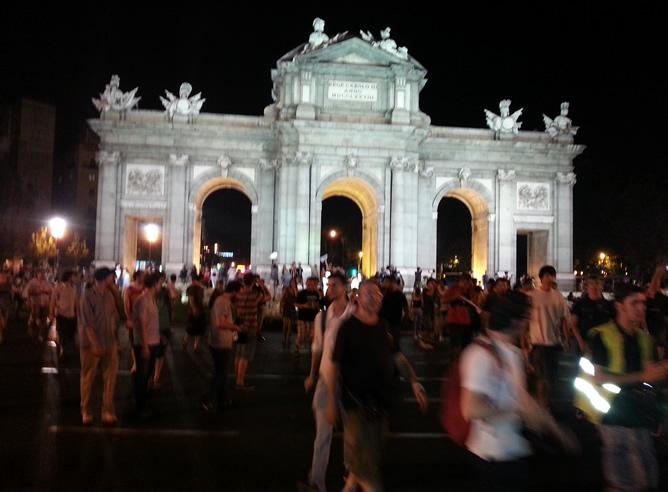 Algunos manifestantes han llegado hasta la madrileña Puerta de Alcalá para protestar contra la corrupción