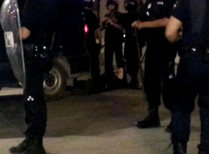 Durante todo el recorrido de las protestas por las calles de Madrid, lo agentes antidisturbios han acompañado a los manifestantes sin que se produjeran altercados hasta que ha resultado herido un policía por el lanzamiento de una piedra. Los manifestantes piden la dimisión en bloque del Gobierno por la gestión del 'caso Bárcenas'.