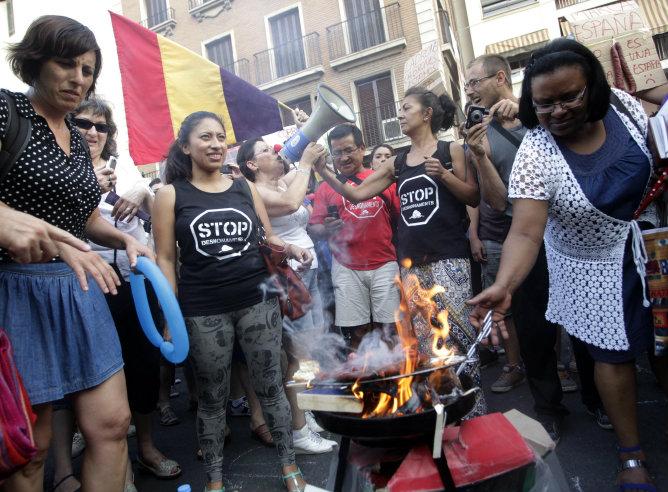 Los protestantes hacen referencia al Gobierno utilizando los chorizos como sinónimo de 'ladrónes'
