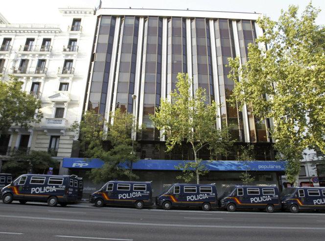 Varios furgones policiales frente a la sede del PP de Madrid durante la concentración convocada este jueves