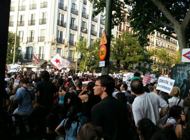 Convocada por las redes sociales, la protesta #barbacoadechorizos logra concentrar a cientos de ciudadanos en Génova 13