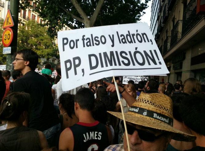 """Al grito de """"¡Dimisión!"""" cientos de ciudadanos en concentran en Génova 13"""