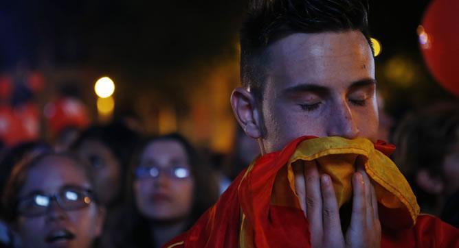 Un joven llora tras conocer la eliminación de Madrid en la carrera olímpica.
