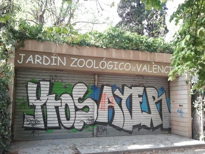 El acceso del viejo zoo permanece cerrado y con síntomas de abandono