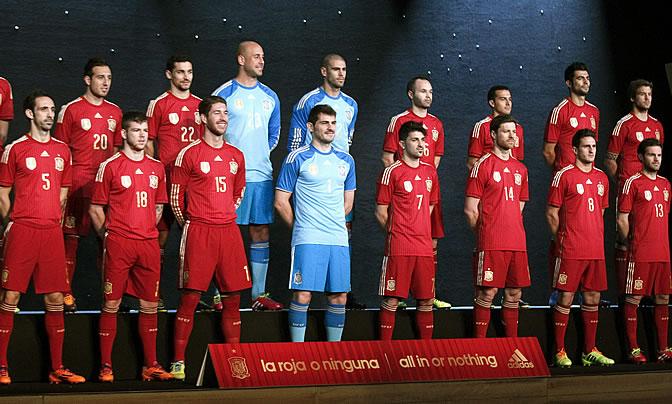 Los jugadores españoles posan con la nueva camiseta 7f076e5968ca8