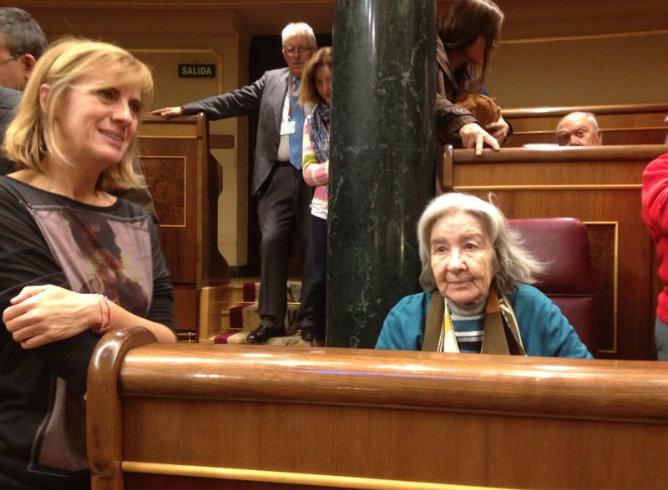 Carmen Menéndez, la viuda de Santiago Carrillo sentada en su escaño