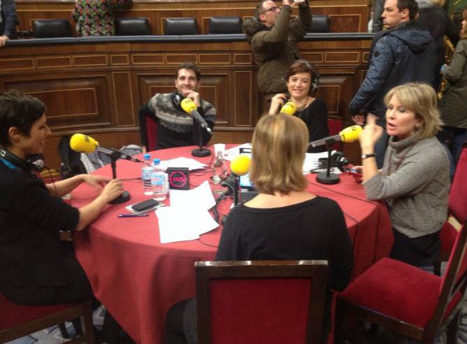 Gemma Nierga junto al resto del equipo del programa 'Hoy por Hoy' en el Congreso