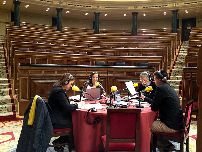 Pepa Bueno realizando el programa en el Congreso de los Diputados