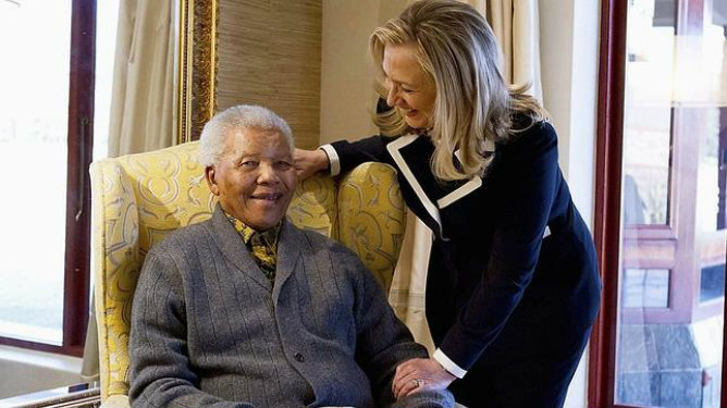 Nelson Mandela recibe a Hillary Clinton en su casa de Qunu en agosto de 2012