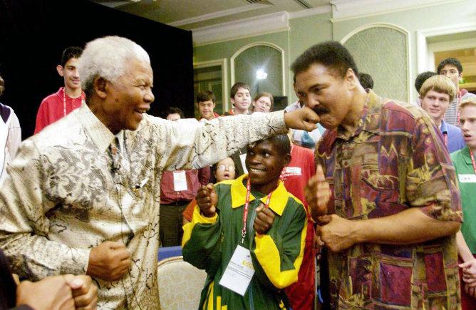 El expresidente sudafricano da un 'gancho' al excampeón mundial Muhammad Alí en la Cumbre Mundial de la Juventud en Dublín, Irlanda