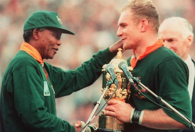 Nelson Mandela entrega al capitán de Sudáfrica, Francois Pienaar, el título de campeón del mundo de rugby en el año 1995