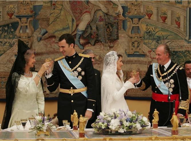 Fotografía oficial de la boda de los príncipes, brindando con los Reyes.