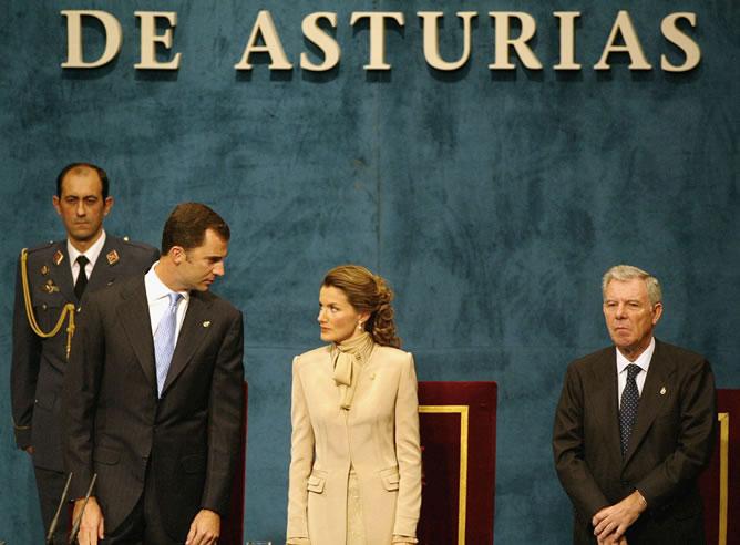 Doña Letizia se emocionó tras el discurso del príncipe en la entrega de premios Príncipe de Asturias de 2004.