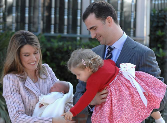 Los príncipes tras abandonar la clínica, con la recién nacida infanta Sofía y su hermana mayor, la infanta Leonor.
