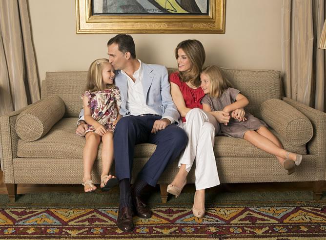 Los príncipes de Asturias con sus dos hijas, Leonor y Sofía, en una fotografía oficial de 2012.
