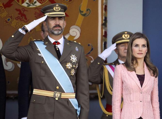 El 12 de octubre de 2013, los príncipes presidieron por primera vez en solitario el desfile militar de las Fuerzas Armadas.