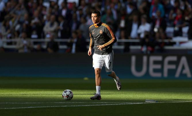 Cristiano Ronaldo toca balón en el calentamiento previo a la final de Champions