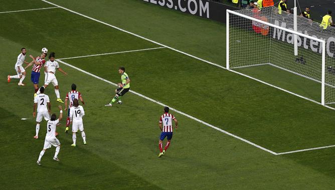Diego Godín se impone por alto al salto de Khedira para golpear el balón en el primer gol del partido.