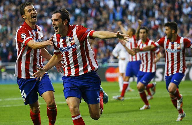 Godín corre tras el gol con la compañía de Gabi y el júbilo de sus compañeros.