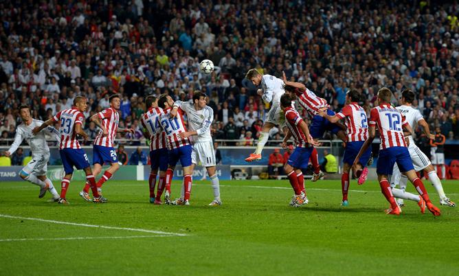 Ramos cabecea a la salida de un córner para poner por empatar el partido.