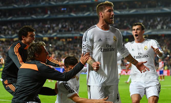 Sergio Ramos grita a la grada arropado por sus compañeros.
