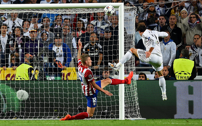 Bale remata ante la inutil llegada de Alderweireld.