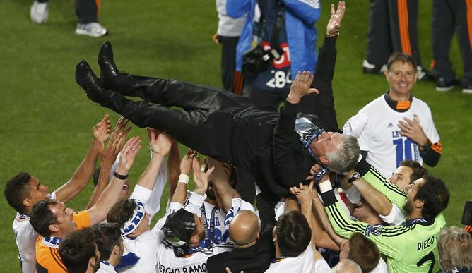 Ancelotti es manteado por su plantilla.