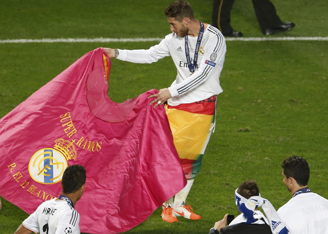 Sergio Ramos torea con el capote como Raúl en su buena época.