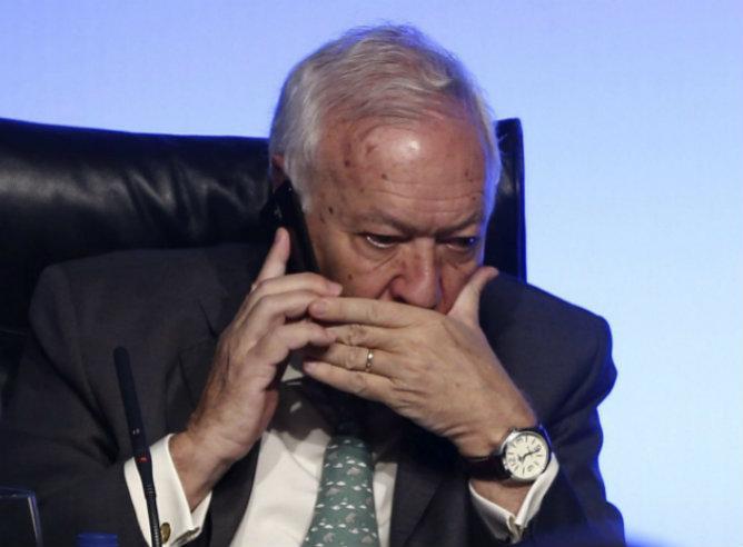 El ministro de Asuntos Exteriores, José Manuel García-Margallo, recibe la noticia de la abdicación del rey, durante la jornada inaugurada sobre el libre comercio en Madrid