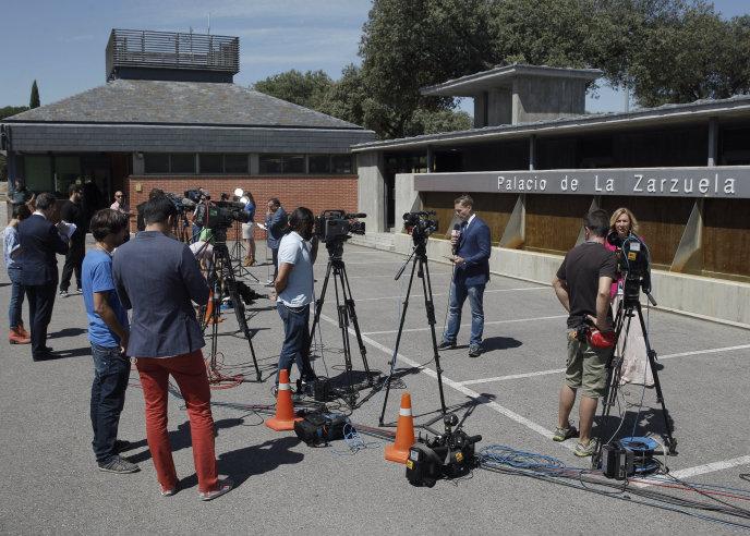 Gran expectación de los medios de comunicación en el exterior del Palacio de la Zarzuela, donde el Rey Don Juan Carlos, pronunciará su mensaje