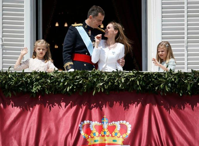 Los reyes, don Felipe y doña Letizia, junto con las princesas Leonor y Sofía, en el balcón del Palacio Real.