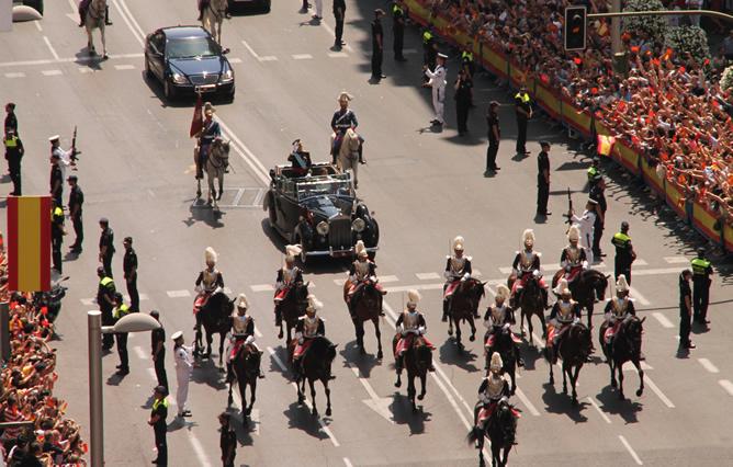 Felipe VI y la reina Letizia saludan a los ciudadanos que se han acercado a la Gran Vía madrileña