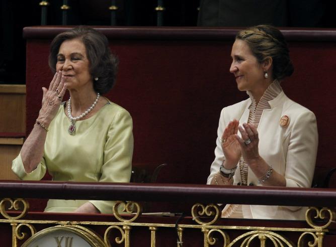 La reina Sofía, junto a la infanta Elena, ha recibido un prolongado aplauso de los asistentes al acto de proclamación del rey Felipe VI.