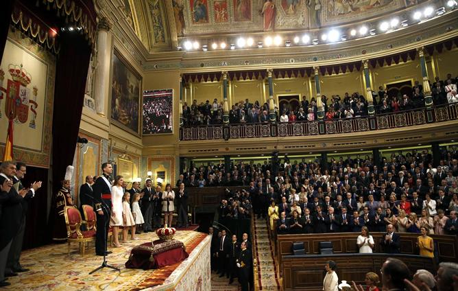Felipe VI y la reina Letizia reciben un caluroso aplauso a su llegada al Congreso de los Diputados