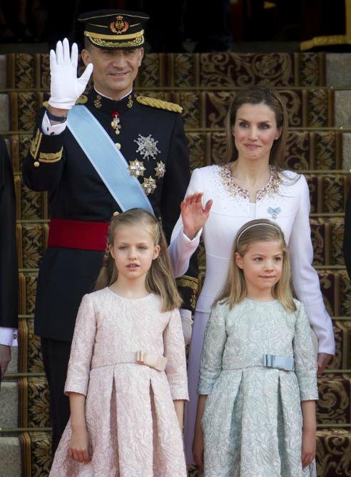 Los reyes, don Felipe y doña Letizia, llegan a la Carrera de San Jerónimo junto a sus hijas.