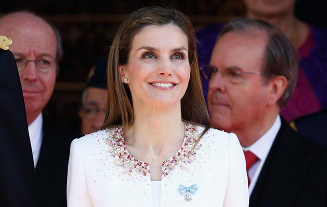 La reina Letizia ha lucido en la solapa el lazo de la gran Cruz de Carlos III a modo de discreto broche