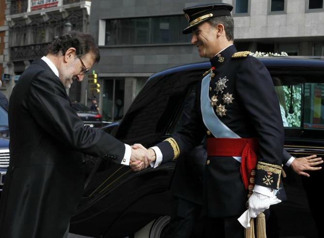 El rey Felipe VI ha sido recibido por el presidente del Gobierno, Mariano Rajoy.
