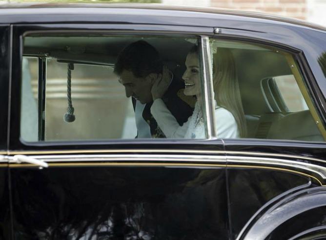Los reyes salen del Palacio de la Zarzuela para dirigirse al Congreso de los Diputados.